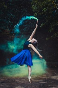 נערה בשמלה כחולה